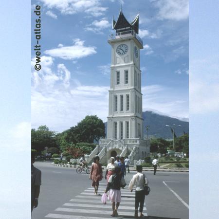 Uhrturm von Bukittinggi im Minangkabau-Hochland