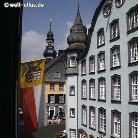 Mitten in Monschau, im Hintergrund der Turm der Stadtkirche