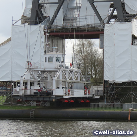 Die Schwebefähre unter der Hochbrücke Rendsburg - weltweit sind nur noch wenige Schwebefähren im Einsatz