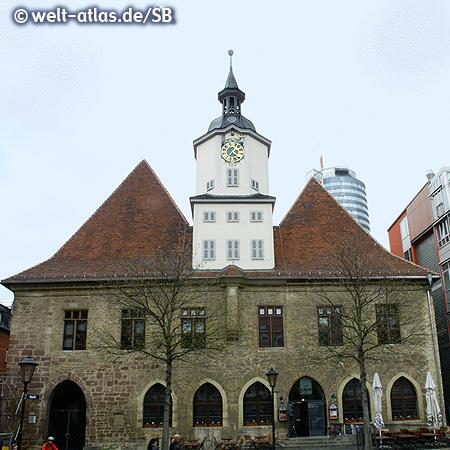"""Das alte Rathaus am Marktplatz in Jena, dahinter der Jentower, auch """"Keksrolle"""" genannt"""