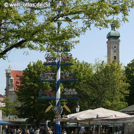 Viktualienmarkt mit Maibaum, im Hintergrund der Turm der Heiig-Geist-Kirche
