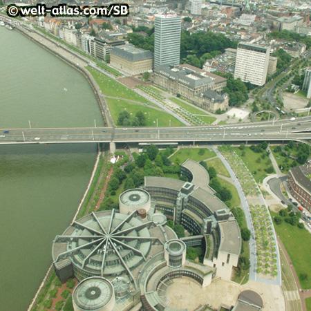 Blick von Düsseldorfer Rheinturm aufLandtag des Landes NRW und Rheinuferpromenade