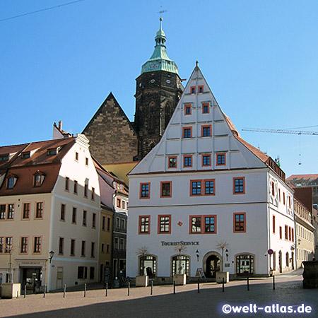 """Marktplatz mit """"Canalettohaus """" und derStadtkirche St. Marien in Pirna"""