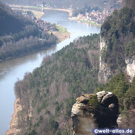 Basteiblick im Elbsandsteingebirge flussabwärts auf die Elbe und die Stadt Wehlen