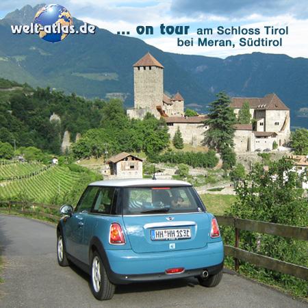 welt-atlas ON TOUR mit Mini am Schloss Tirol bei Meran, oberhalb von Algund, Südtirol