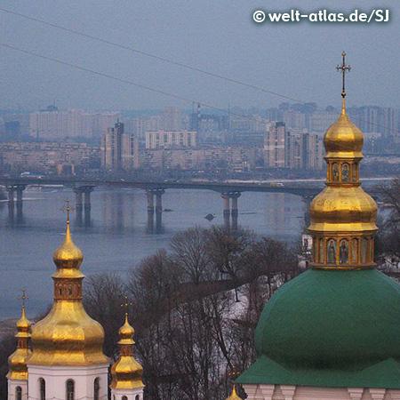 Goldene Kuppeln und Türme des Lawra-Klosters, dahinter der Dnjepr mit der Paton-Brücke