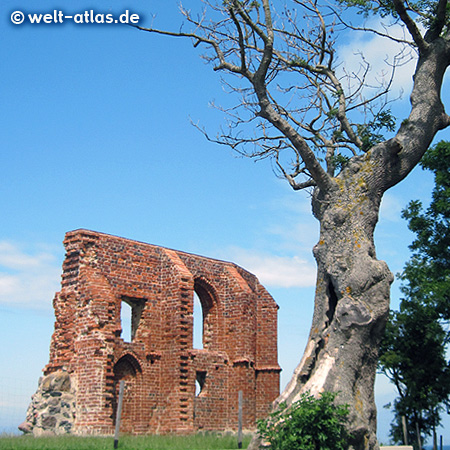 Kirchenruine von Trzęsacz (Hoff) nach ständigem Abbruch der Steilküste an der polnischen Ostsee, ein beliebtes Motiv des Males Feininger