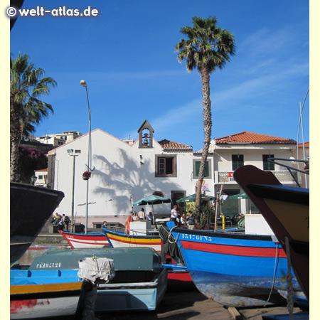 Fischerboote am Hafen von Câmara de Lobos, auch heute noch Fischerort, Bananen- und Weinanbau oberhalb des Ortes