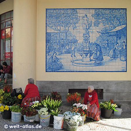 Blumenfrauen in ihrer typischen Tracht vor der Markthalle von Funchal auf Madeira