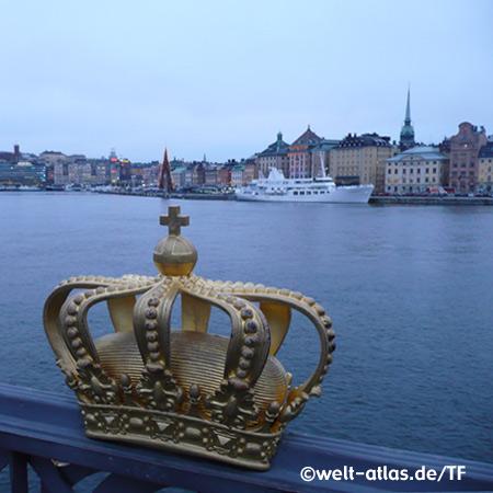 Blick auf Stockholmer Hafen und Tyska kyrkan (Deutsche Kirche), Krone auf der Skeppsholmsbron-Brücke