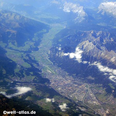 Blick auf die Berge um Innsbruck und das Inntal aus der Luft – Innsbruck ist die Landeshauptstadt des Bundeslandes Tirol in Österreich und liegt an der Alpen-Transit-Strecke Brenner nach Südtirol (Italien)