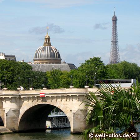 Pont Neuf und Kuppel der Académie française, dahinter der Eiffelturm