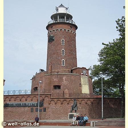 Der Leuchtturm steht auf den Resten alter Befestigungsanlagen an der Hafeneinfahrt und zählt zu den Wahrzeichen von Kolberg