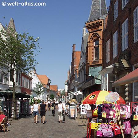 Einkaufsstrasse in Tønder mit schönen alten Häusern, schmuckvollen Türen,  Portalen und Giebeln
