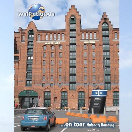 welt-atlas ON TOUR mit Mini in Hamburgs HafenCity vor dem Maritimen Museum (IMMH)
