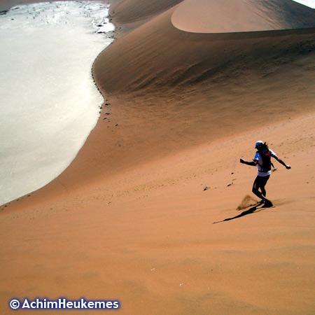 Die Dünen von Sossusvlei gehören zu den höchsten Dünen der Welt, Höhe bis ca. 300m. Hier ist derExtremsportler Achim Heukemes, Zehnfach-Triathlet, Ultraläufer unterwegs... www.heukemes.net