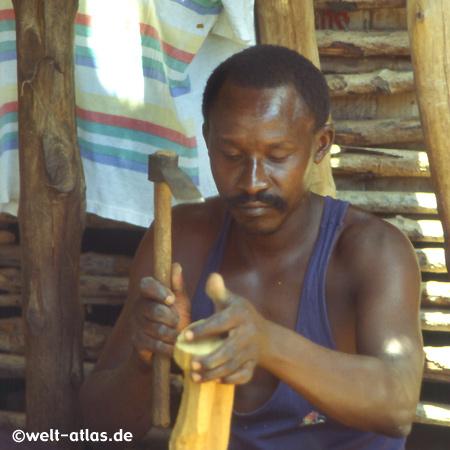 Kunsthandwerker bei der Arbeit, Kenia