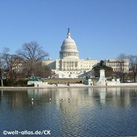 Das Kapitol in Washington D. C. mit dem Reflecting Pool