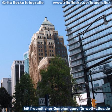 Burrard Street, neue und alte Architektur in Vancouver, das Marine Building im Art Déco-Baustil neben einem gläsernen Palast – Foto:©http://www.ritaflecke.de/fotografie/