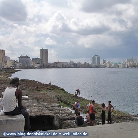 An der berühmten Uferstraße Malecón zwischen der Altstadt von Havanna und der Neustadt –Foto: www.blog.dennisknickel.desiehe auch http://tupamaros-film.de