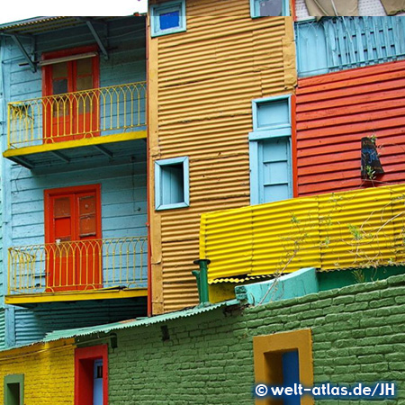 Im Stadtteil La Boca findet man viele farbenfrohe Häuser, Tangotänzer, offizielles Freilichtmuseum