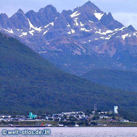 Blick auf Berge und Küstenlandschaft von Puerto Williams, Insel Navarino, Chile