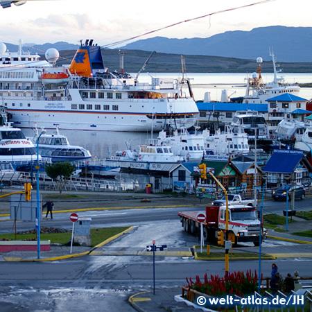 MS Bremen im Hafen von Ushuaia am Beagle-Kanal