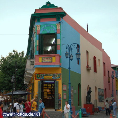 In der Calle Caminito im Stadtteil La Boca findet man viele farbenfrohe Häuser, Tangotänzer, offizielles Freilichtmuseum