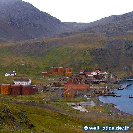 Blick auf den Hafen der ehemaligen Walfangstation Grytviken in Südgeorgien mit Kirche und Schiffswrack