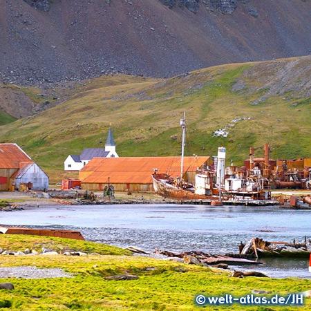 Kirche und Schiffswrack im Hafen von Grytviken, ehemalige Walfangstation in Südgeorgien