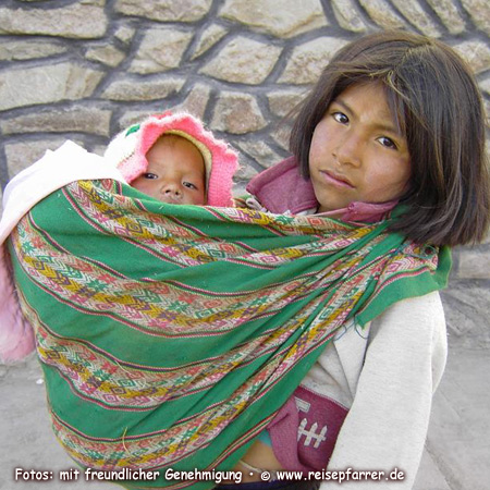 Indio girl with little sister in in Chivay.Foto:© www.reisepfarrer.de