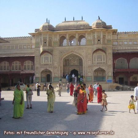 """Amber Fort in Jaipur, Jaipur wrd auch """"Pink City"""" genannt wegen der vielen rosafarbenen Fassaden, Hauptstadt von Rajasthan. Foto:© www.reisepfarrer.de"""