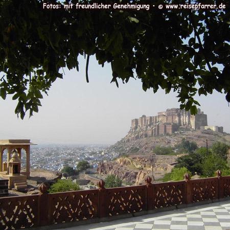 """Blick auf das Mehrangarh Fort in Jodhpur, """"Blaue Stadt"""", Rajasthan, IndienFoto:© www.reisepfarrer.de"""