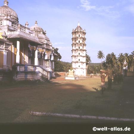 Shri Mangueshi Tempel in Goa mit siebenstöckigen Lampenturm im Hof