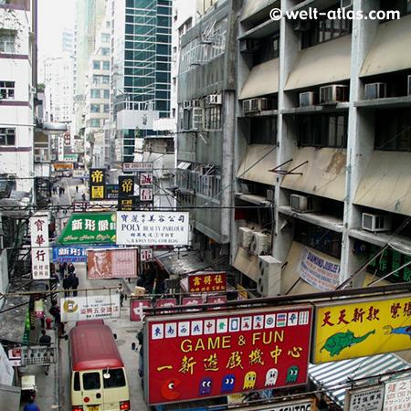 Schilderwald zwischen Hongkongs Hochhäusern