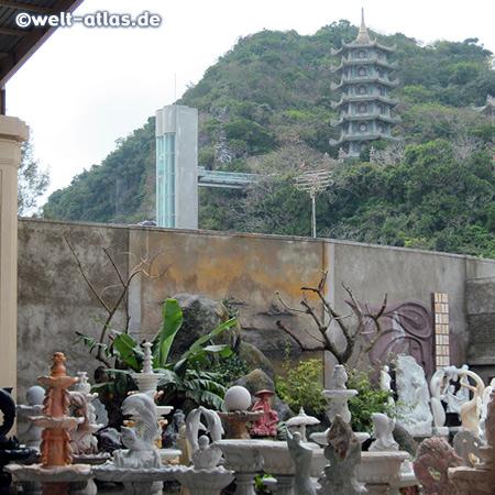 Kurz hinter Da Nang, auf dem Weg nach Hoi An, sind die berühmten Marmorberge zu sehen - hier die Tam Thai Pagoda mit Ngu Hanh Son Mountain elevator und davor an der Staße ein Steinmetzbetrieb