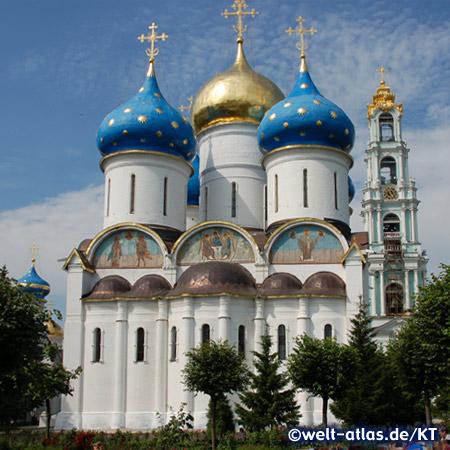 Mariä-Entschlafens-Kathedrale und Glockenturm im Dreifaltigkeitskloster Sergijew Possad bei Moskau
