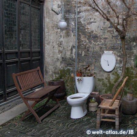 In Zhujiajiao, altes Klo im Garten als Deko