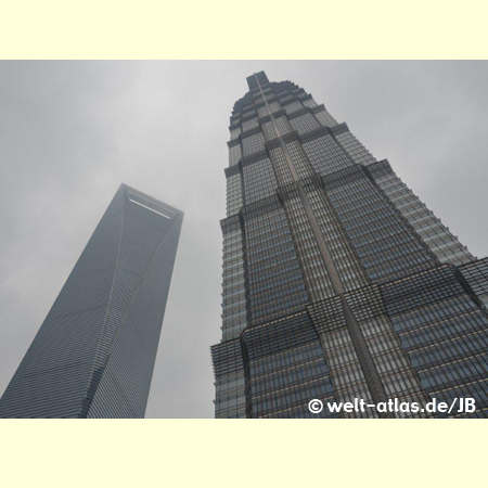Links das Shanghai World Financial Center, rechts das Jin Mao Tower - Städtepartnerschaft mit Hamburg seit 1986