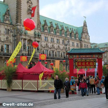 CHINA TIME 2010 - in Hamburg auf dem Rathausmarkt findet ein bunter chinesischer Markt statt - mit kulinarischen Genüssen und Programm