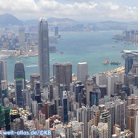 Blick vom Victoria Peak auf Hongkong Central, den Hafen und hinüber nach Kowloon