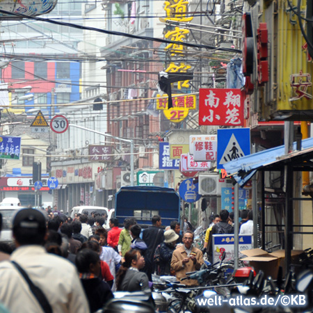 Belebte Einkaufsstraße in Kowloon