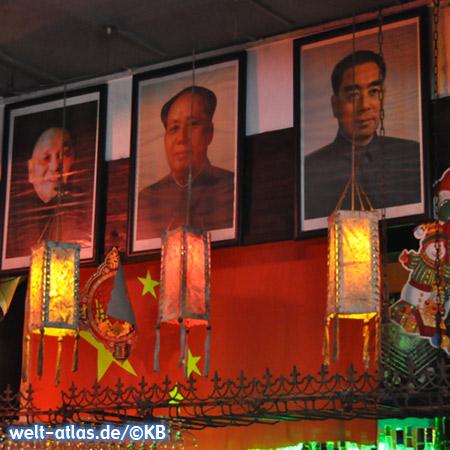 Weihnachtsdekoration und Laternen zwischen Bildern von Deng Xiaoping, Mao Zedong und Zhou Enlai (Chou En-lai)