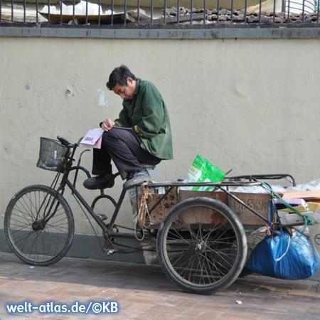 Kleine Pause - Mann mit Zeitung auf dem Fahrrad
