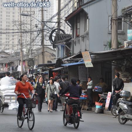 Geschäftige Straßenszene in Shanghai
