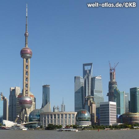 Blick vom Bund über den Huangpu-Fluss hinüber nach Pudong, rechts neben dem Shanghai World Financial Center ist das kommende höchste Gebäude Shanghais im Bau, der Shanghai Tower wird mit 632 m auch das höchste Bauwerk in China