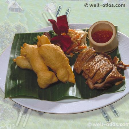 Feine asiatische Küche, geröstete Ente und gebackenes Hühnerfilet mit Satey-Soße