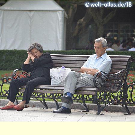 Paar rastet auf einer Bank, Shanghai