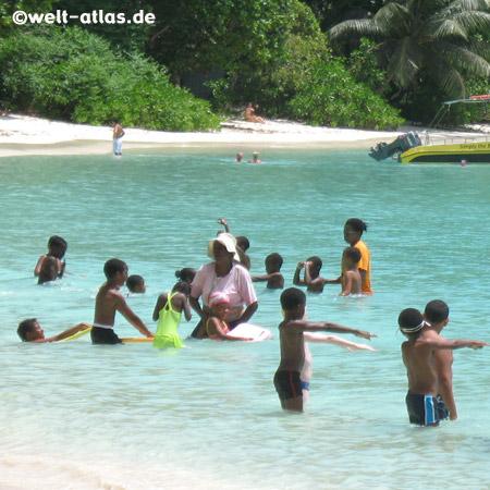Kinder, Schwimmunterricht, Strand, Mahé, Seychellen