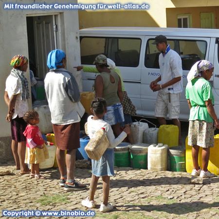Im Ort Pico da Cruz auf der Insel Santo Antão findet gerade die Wasserverteilung statt, Frauen und Kinder stehen mit Kanistern bereit